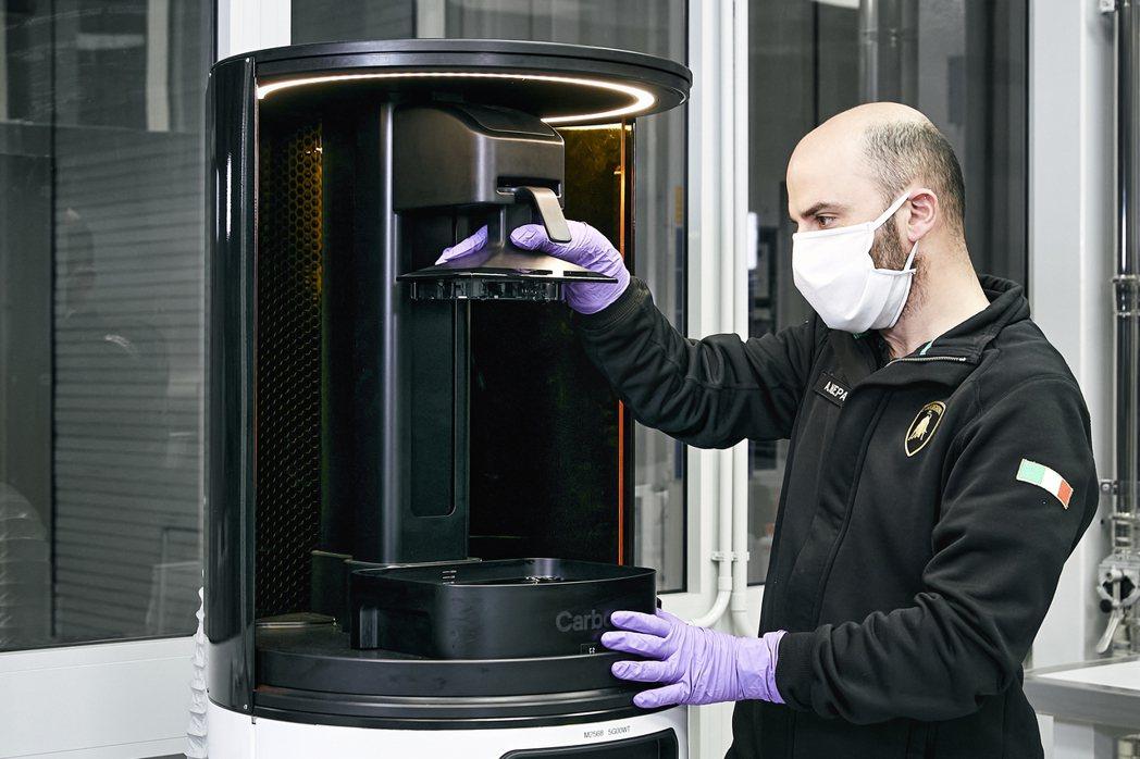Lamborghini不僅生產口罩,還將每天製作200個壓克力玻璃防護面罩。 摘...