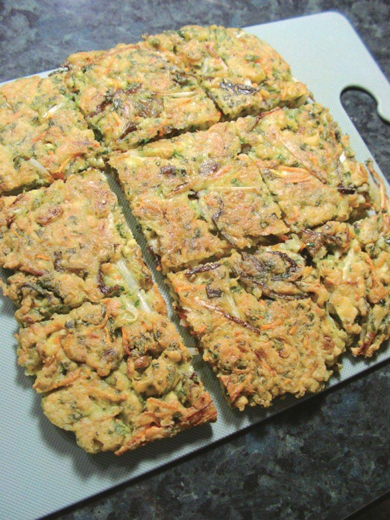 煎餅食譜一:蔬菜豆腐煎餅,將兩面都煎至呈現金黃色即可,起鍋切成適合的大小。 圖/...