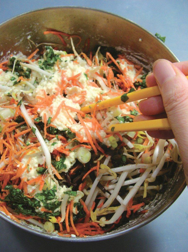 煎餅食譜一:蔬菜豆腐煎餅材料拌勻。 圖/幸福文化提供