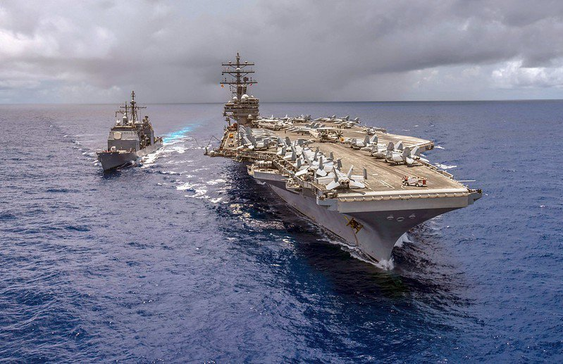 美國海軍雷根號航空母艦(右)與安提坦號神盾級巡洋艦(左)。 圖/取自美國國防部