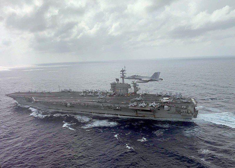 F/A-18E超級大黃蜂正飛越羅斯福號航空母艦。 圖/取自美國海軍