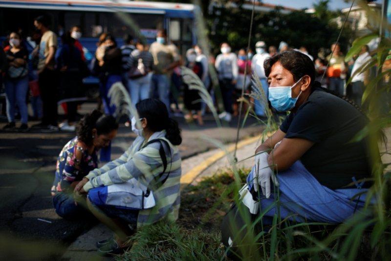 圖為等待領取失業津貼的民眾,攝於薩爾瓦多。 圖/美聯社