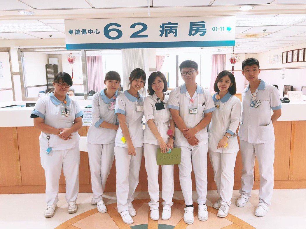 中臺科大護理系榜首徐振哲同學(右1)實習場所。 中臺科大/提供。