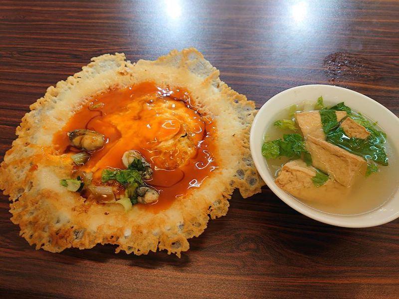 蚵仔煎上淋的醬汁被網友譽為「蚵仔煎的靈魂」。 圖/翻攝自爆廢公社