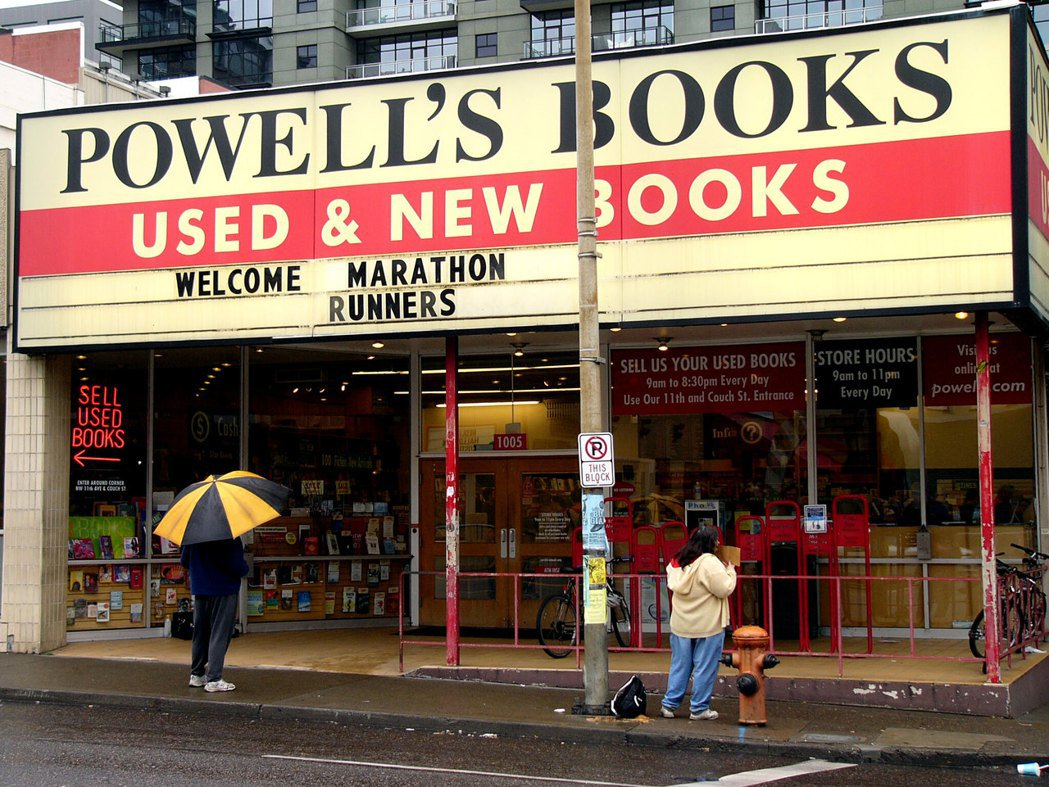 Powell's Books3月中宣布:「暫時關閉全部門市,解雇約300名員工。...
