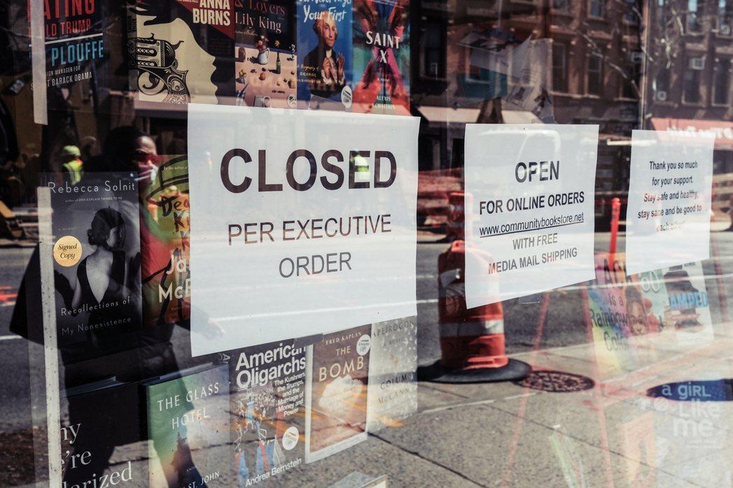在實體書店的冰河時代,相較於大型連鎖書店,普遍小本經營的獨立書店,其經濟負擔也更...