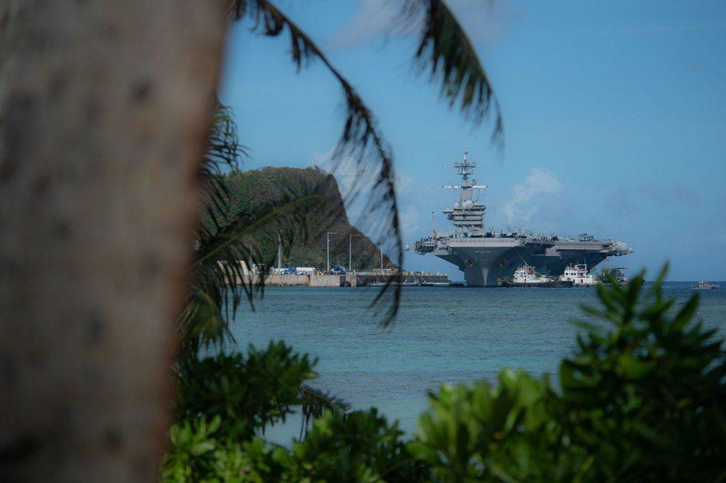 停靠峴港的羅斯福號,陷入「瘟疫迷航記」。 圖/美國國防部