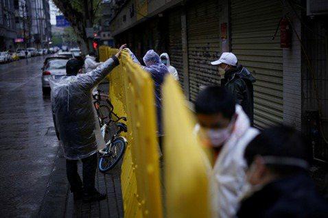 圖為武漢社區封閉的隔板。 圖/路透社