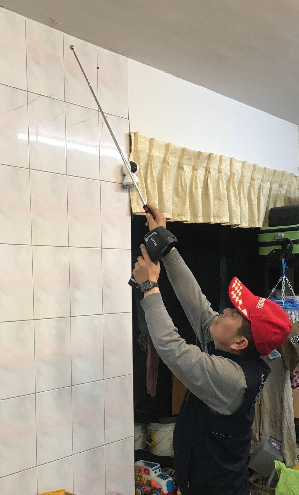 呂興泰拿著儀器精準的為案主找出引發漏水的地方,讓修繕工程一次完成。業者/提供