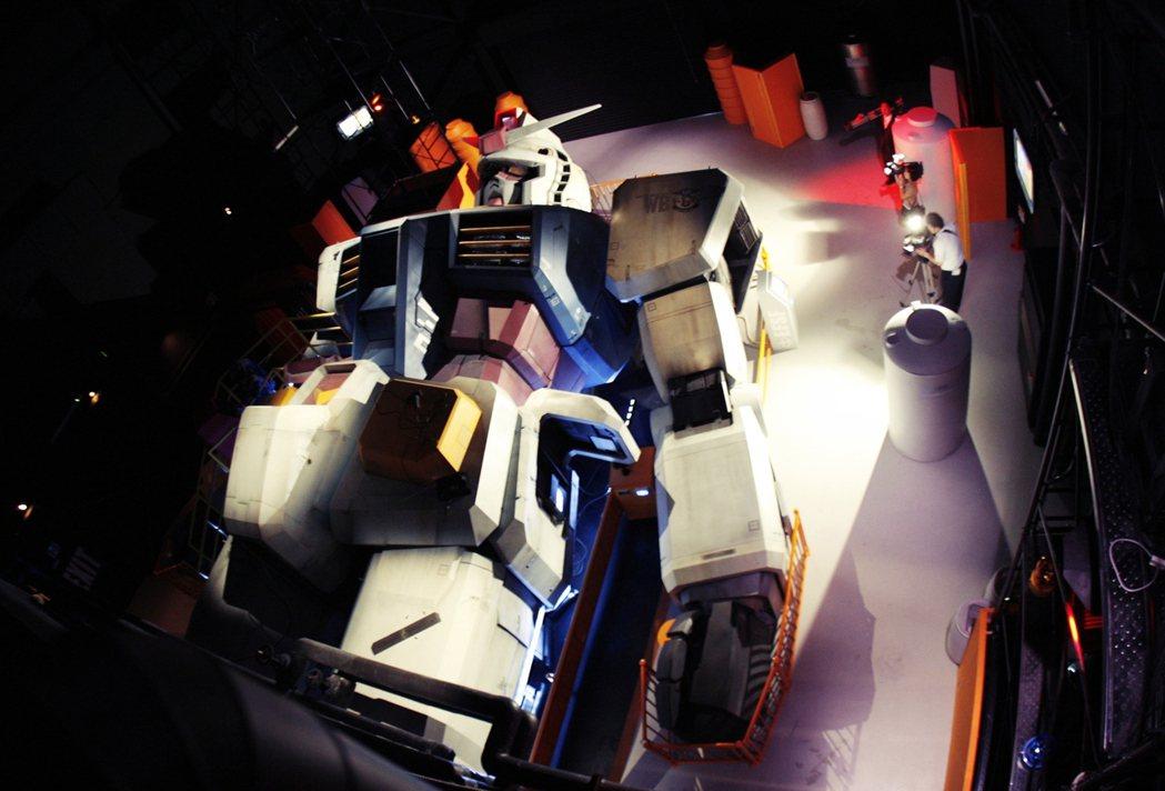鋼彈》依然是獨樹一格的巨大機器人系列,故事中主角的敵人不再是「邪惡帝國」或「宇宙...