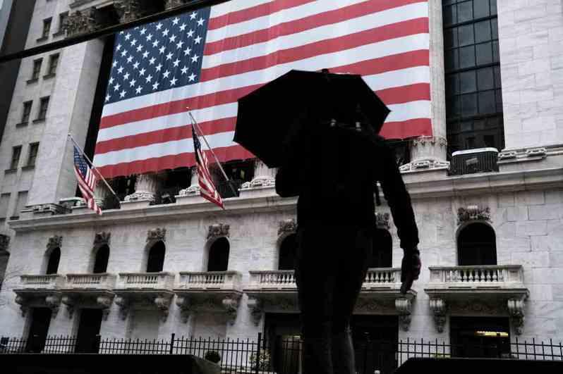 股市是經濟櫥窗,更反映投資人的信心程度。3月還沒過完,美股已融斷4次,全球經濟也正走向幽暗深谷。 (Getty Images)
