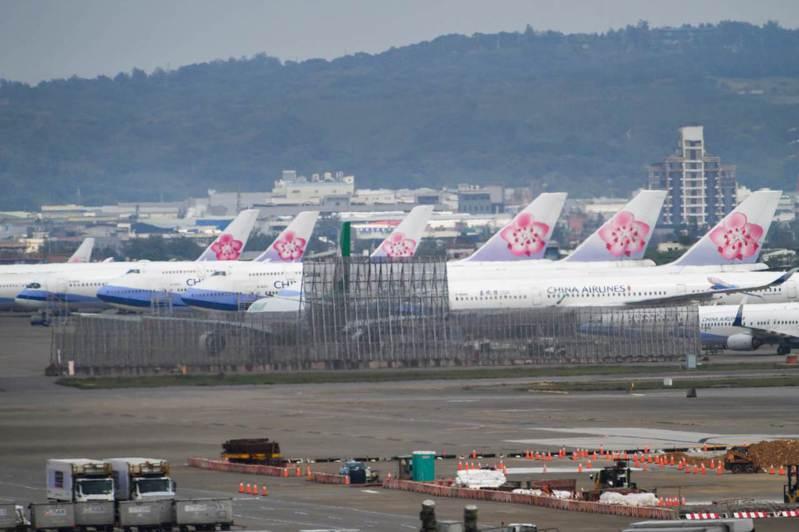 新冠肺炎對航空業衝擊超乎想像,機場停滿無法升空的飛機。華航高層日前發內部信指出,此次「雪崩式影響」更甚17年前的SARS。 (劉國泰攝)