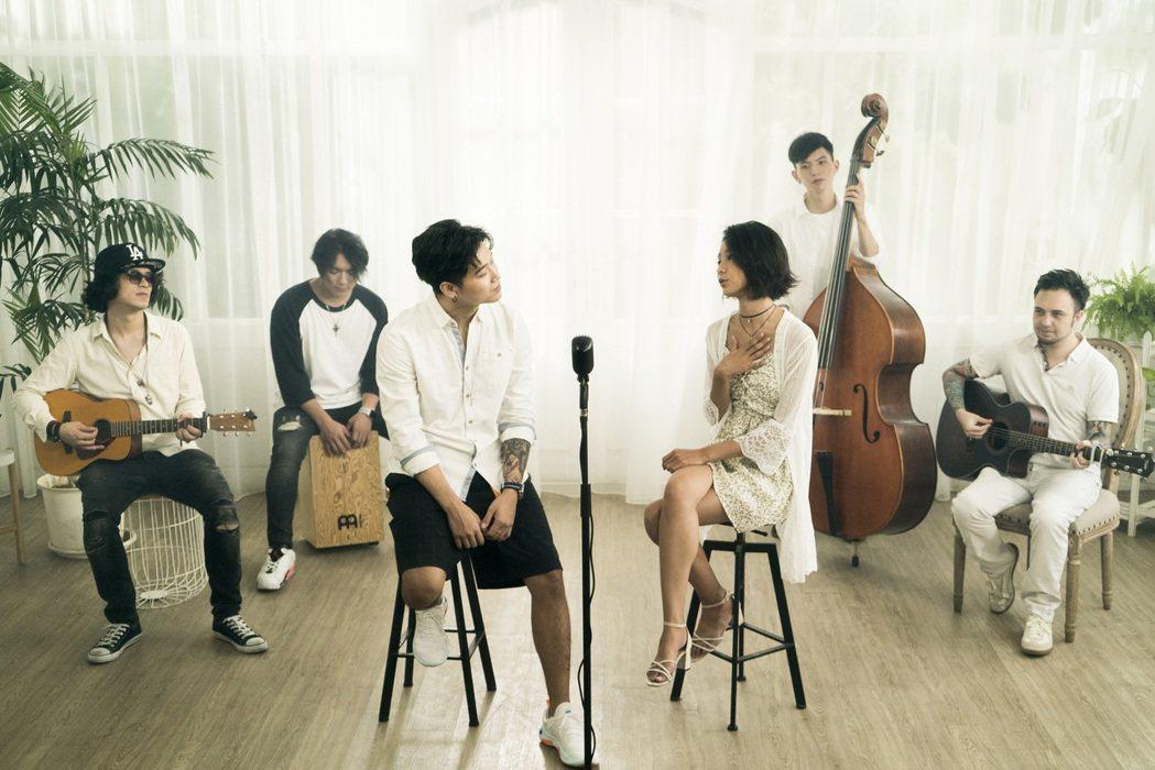 陳忻玥(右)曾與師兄高爾宣合唱。圖/陶山音樂提供