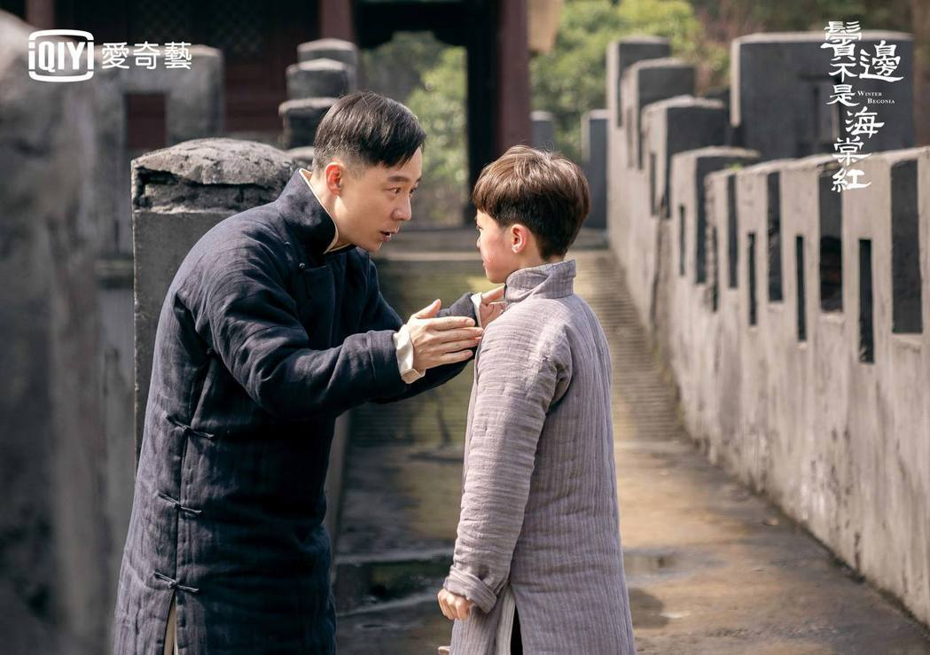 「袁春望」王茂蕾(左)飾演商細蕊爸爸。圖/愛奇藝台灣站提供