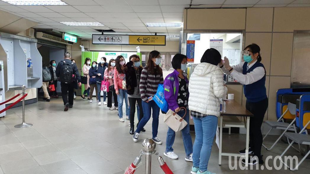 汐科火車站北站進站人數眾多,排隊量體溫人潮看不到盡頭。記者胡瑞玲/攝影