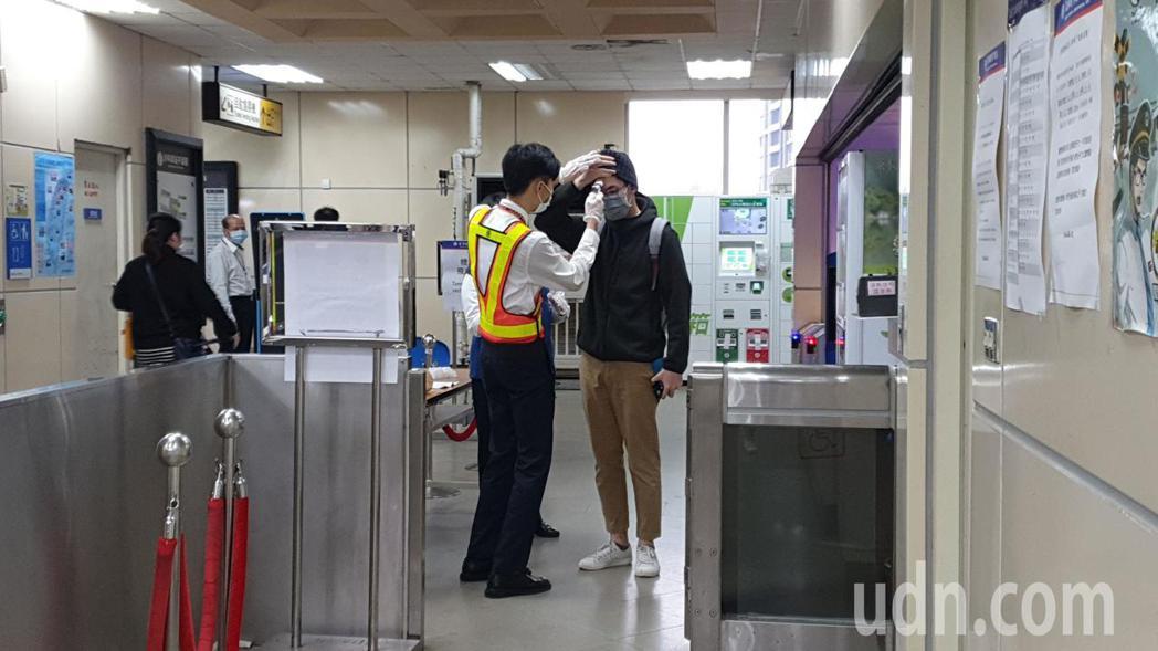 汐科火車站南站上班時間進站人數較少,排隊量體溫進行過程順暢。記者胡瑞玲/攝影