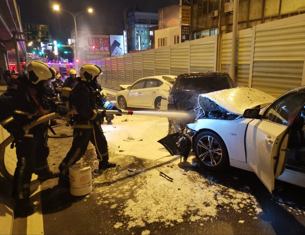 台中市沙鹿區昨晚發生酒駕死傷車禍,重機燒毀。記者游振昇/翻攝