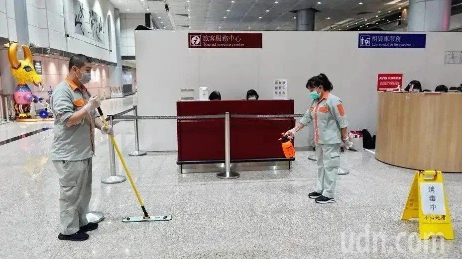 桃園機場進行消毒示意圖。本報資料照片