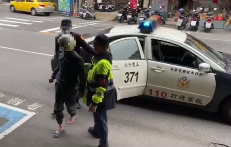 郭姓色狼跑給警察追,落網時腳上只剩1隻拖鞋。記者林昭彰/翻攝