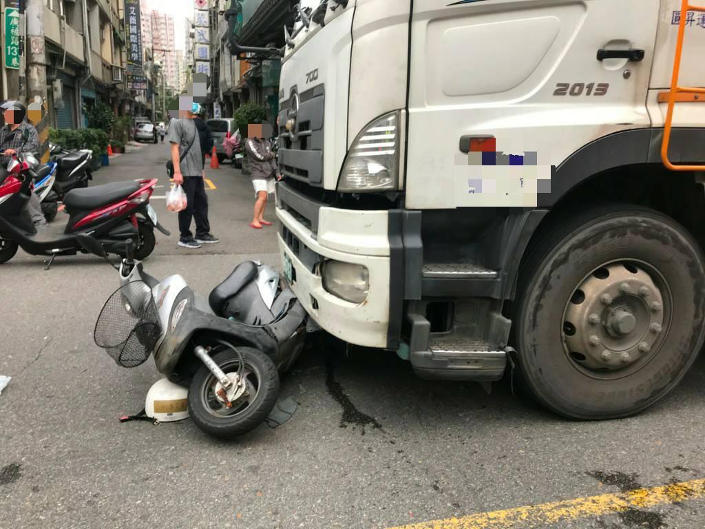 雙方發生碰撞後,機車男騎士受困卡在大貨車車底,所幸僅左小腿有3公分撕裂傷。圖/八...