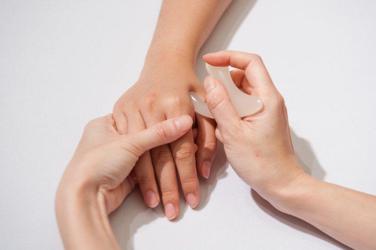 雪花秀免費護手療程中,以玉石進行穴位按摩,使用人蔘療癒的香氣。圖/雪花秀提供