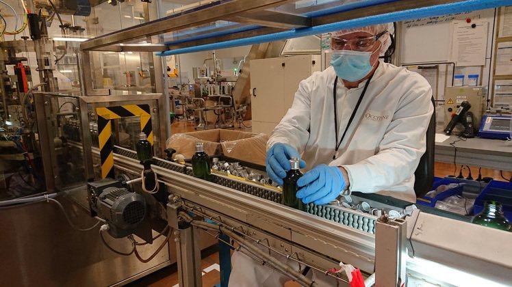 法國保養香氛品牌歐舒丹暫停生產居家香氛保養,製造乾洗手,為醫療人員打氣。圖/歐舒...