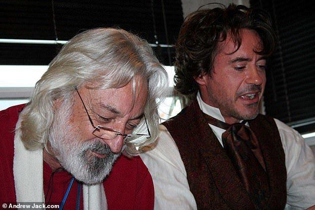 安德魯傑克(左)曾指導小勞勃道尼在片中的口音,幫他爭取到奧斯卡影帝提名。圖/摘自