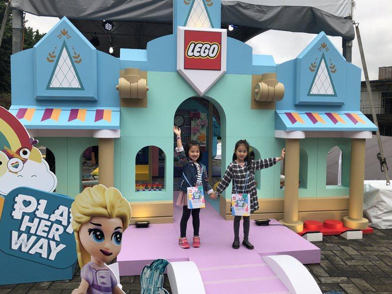 樂高的「LEGO Play Her Way做個好女孩」活動,打造樂高迪士尼公主城堡。記者曾智緯/攝影
