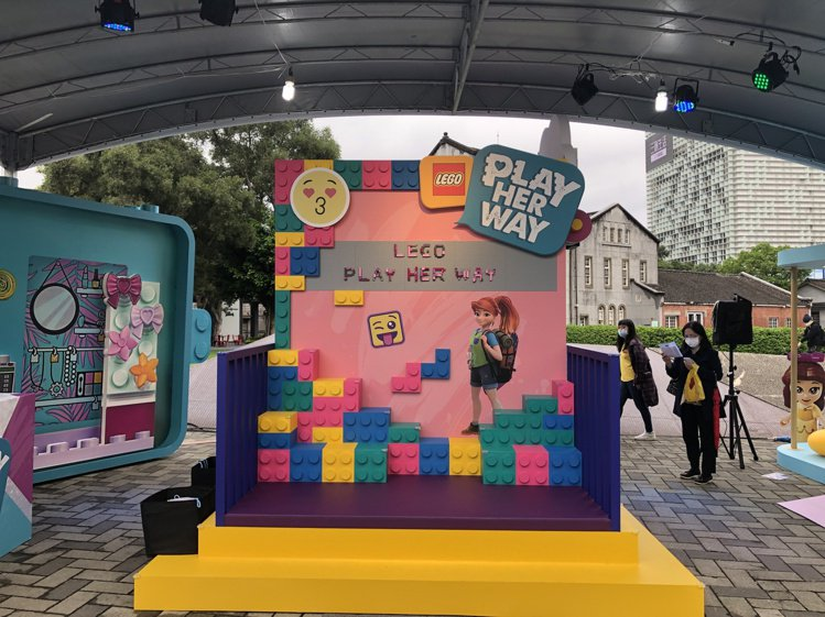 樂高的「LEGO Play Her Way做個好女孩」活動,打造了可攀岩運動的場...