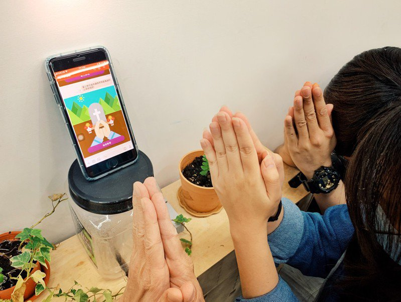 亞路科技開發能促進人際關係的個性化AI聊天機器人,近期也為防疫盡一份心力,開發出AI 聊天機器人「鄉長」,讓想避開群聚進行防疫又想慎終追遠的人擁有一個不錯的線上掃墓的選擇。 圖/亞路科技提供