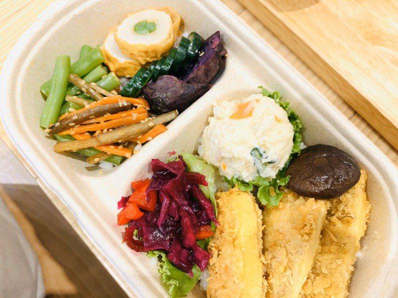 新竹市政府顧及不同飲食需求的民眾,與慈濟慈善事業基金會合作,今宣布即日起每日將免費提供5份蔬食便當,讓居家檢疫、隔離需吃素食的民眾能享用健康蔬食。圖/新竹市政府提供