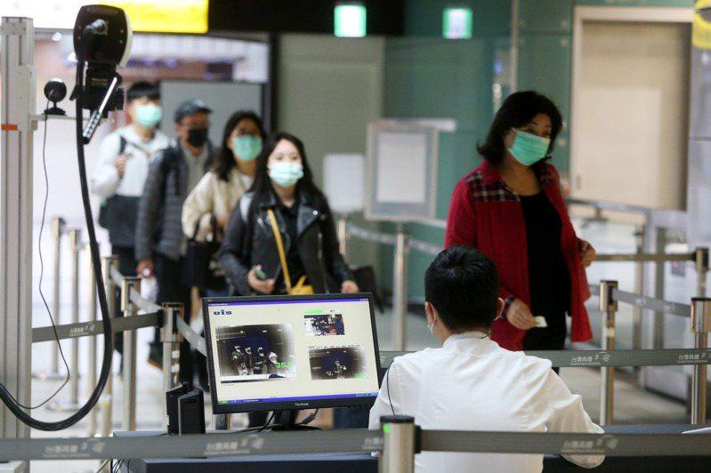 由於兩岸地緣關係,美國約翰霍普金斯大學一開始預測台灣疫情可能是全球第2慘,但台灣用行動粉碎外界看衰。圖為台鐵在剪票入口為乘客量測體溫畫面。報系資料照/記者邱德祥攝影