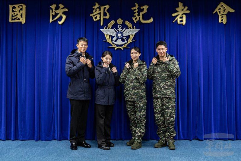國防部昨日發表海軍服裝研改成果,其中男女冬季防寒夾克採Gore-Tex透氣防水布料,款式相當帥氣。圖/軍聞社