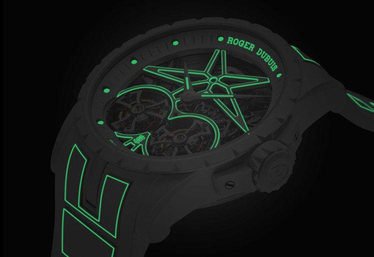 低光源時顯現的螢光綠色細節,讓Excalibur Twofold腕表顯得迷幻且未...