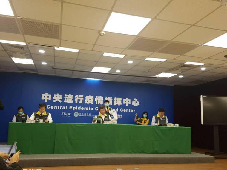 中央流行疫情指揮中心4月1日記者會,示範社交距離。記者楊雅棠/攝影