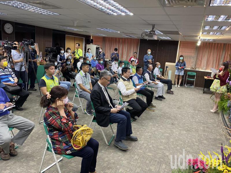 台南市農業局今天下午舉辦花卉行銷記者會,與會來賓座位距離都空一格。記者鄭維真/攝影