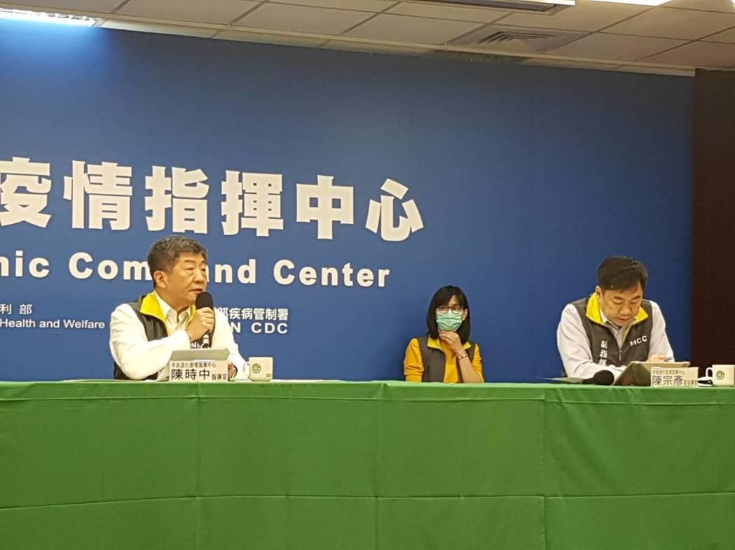 陳時中(左)表示第一時間接受的訊息也不正確。記者楊雅棠/攝影
