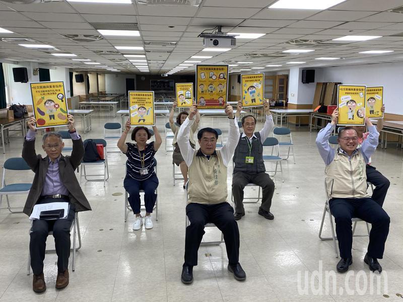 台南市長黃偉哲今天開記者會遵循室內1.5公尺社交距離。記者修瑞瑩/攝影