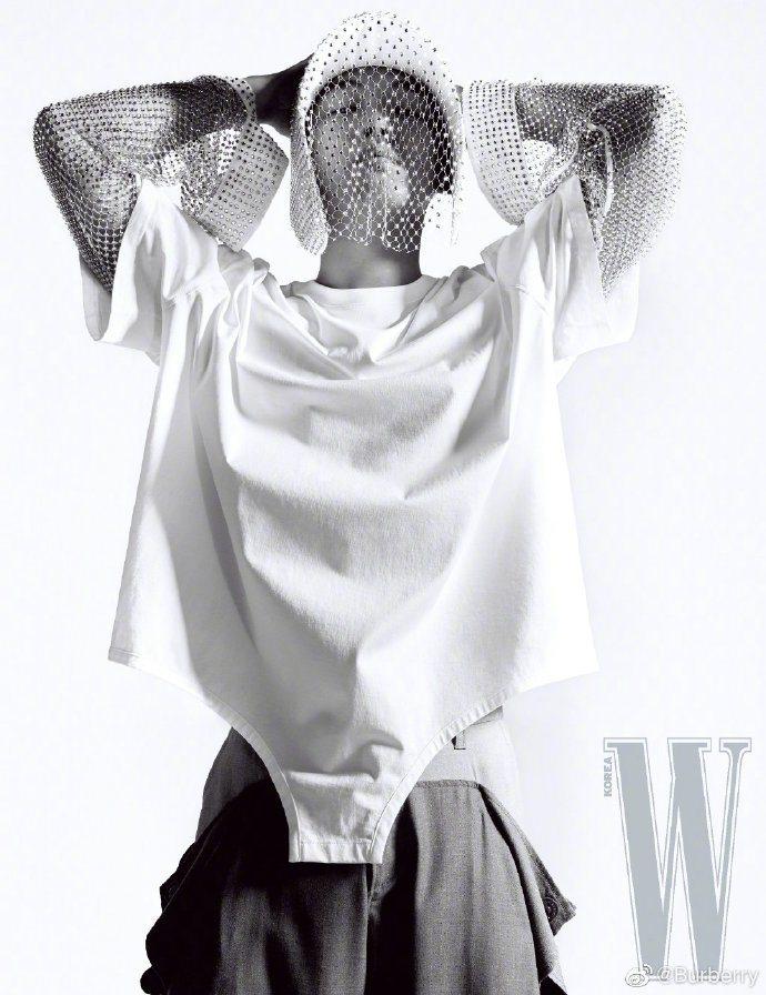 劉亞仁也身穿BURBERRY春夏男裝登上韓版《W》雜誌。圖/取自BURBERRY...