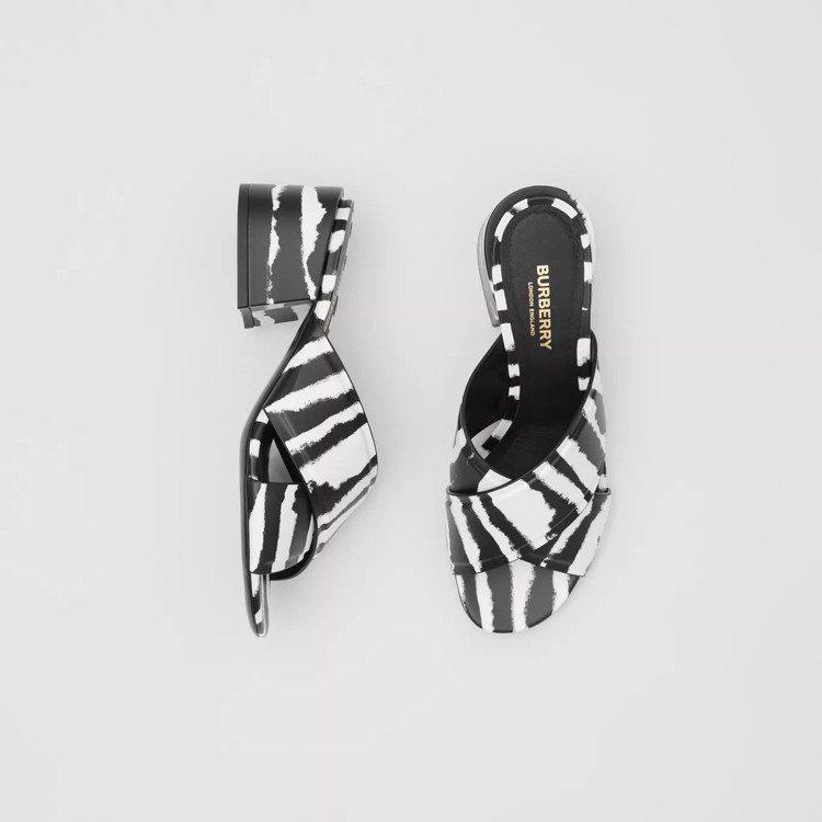 水彩印花皮革粗跟涼鞋,售價20,500元。圖/取自BURBERRY官網