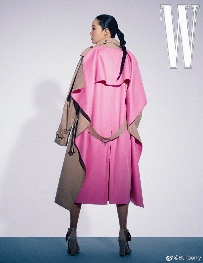 孔曉振擅長演繹風格特殊的服裝,她身穿BURBERRY春夏系列拍攝《W》韓版。圖/...