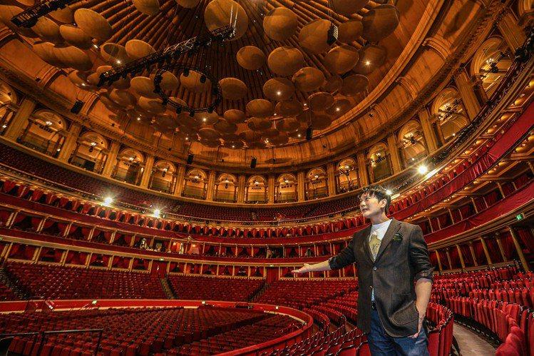 「情歌王子」張信哲(Jeff)原定4月28日於英國「皇家阿爾伯特音樂廳」(Royal Albert Hall)舉行的「未來式」世界巡迴演唱會倫敦站,1日因新冠肺炎疫情延燒場地暫時關閉決定取消,張信哲...