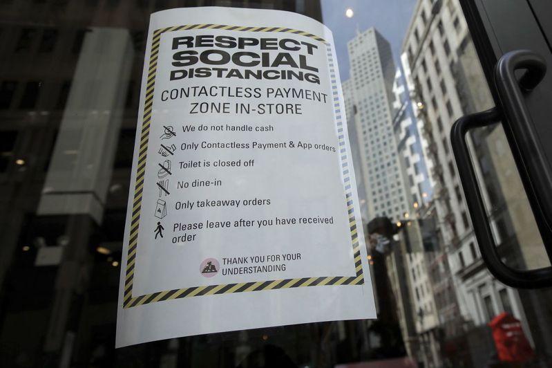 美國舊金山灣區一家果汁吧和咖啡館貼出告示,表示仍開門營業但只限外帶。為遏制新冠疫情蔓延,當地實施居家避疫令,餐廳只限外帶,體育館和酒吧則關門。美聯社
