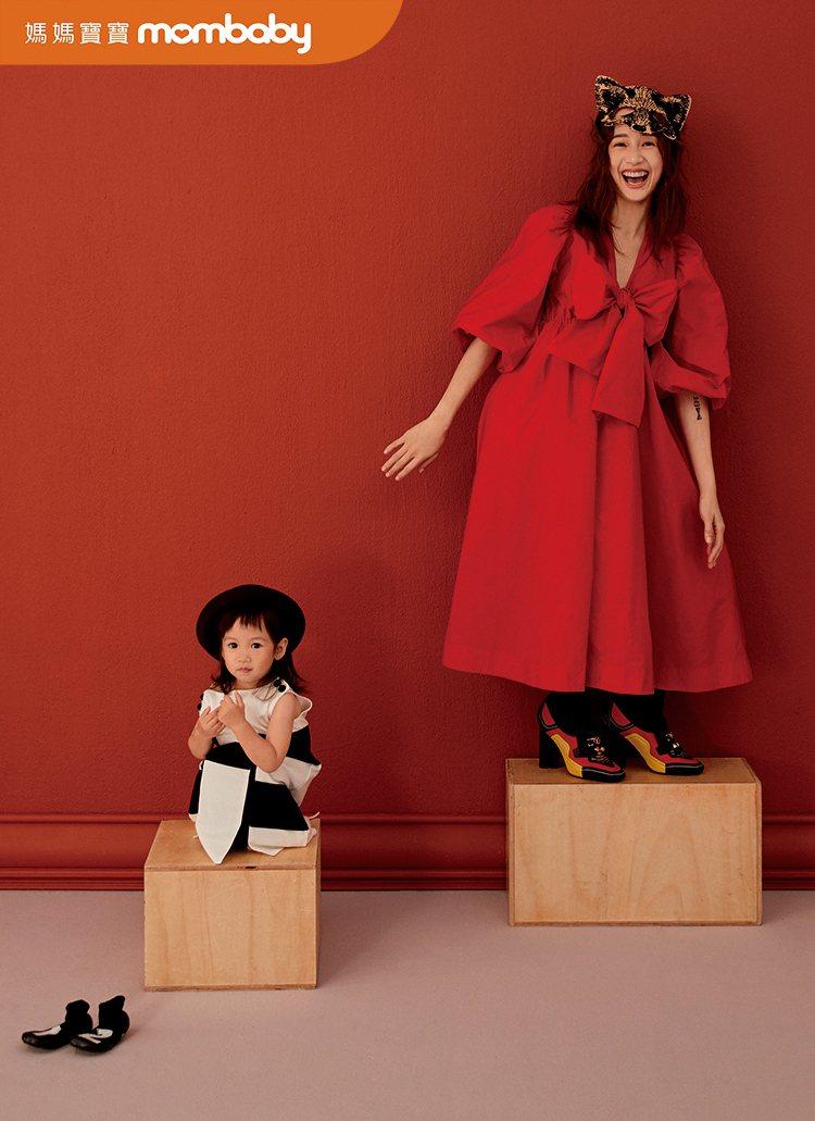 簡嫚書帶大女兒雲大拍攝雜誌封面。圖/媽媽寶寶提供