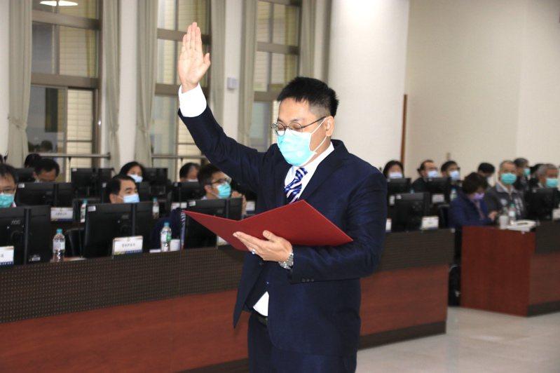 選舉幕僚出身的桃園市政府副秘書長王安邦接任市府民政局長,今天在市政會議上宣誓就職。記者曾健祐/攝影