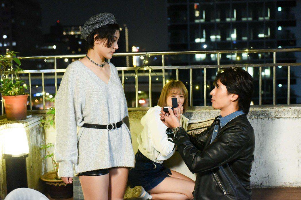 邵翔和小蠻下戲後,直接下跪求婚。圖/緯來電影台提供