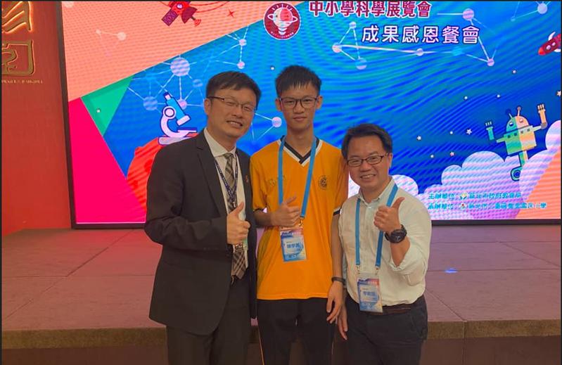 教育局長張明文(左)頒發獎學金給瑞芳高工學生陳宇其(中)。圖 / 新北市教育局提供