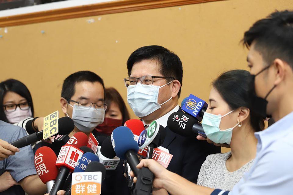 觀光局高層官員指派機場工作人員前往接待其子,造成接待員工及其五歲幼兒感染新冠肺炎...