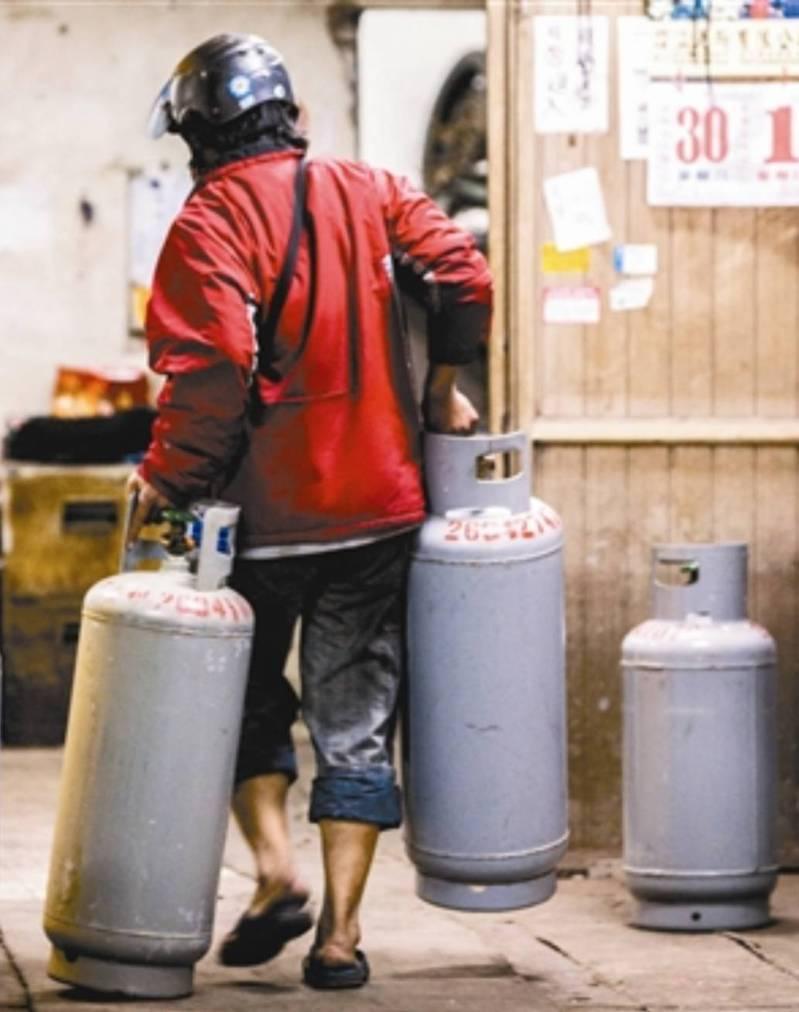 送瓦斯到居家檢疫或隔離者家中,可能經過廚房及浴廁,增加傳染風險,宜蘭首創「居家檢疫叫送瓦斯專線」,市公所為鼓勵透過專線叫瓦斯的居家者,補助每桶300元費用。本報資料照