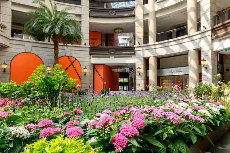 BELLAVITA中庭廣場變身一座「春季花園」。圖/BELLAVITA提供